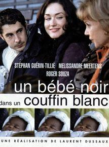 Un bébé noir dans un couffin blanc