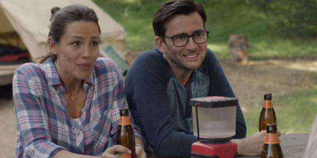 Camping : week-end mouvementé pour Jennifer Garner & David Tennant dans le premier teaser de la comédie HBO