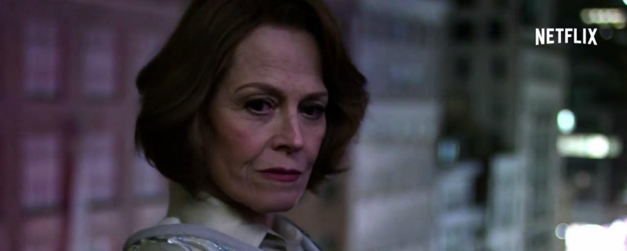 Marvel's The Defenders  : Sigourney Weaver déclare la guerre aux supers-héros dans un nouveau trailer