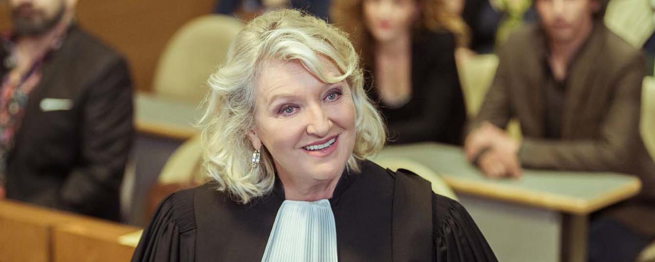 """Charlotte de Turckheim - La Loi de Valérie : """"J'avais très envie de jouer une avocate barrée et corrompue"""" [INTERVIEW]"""