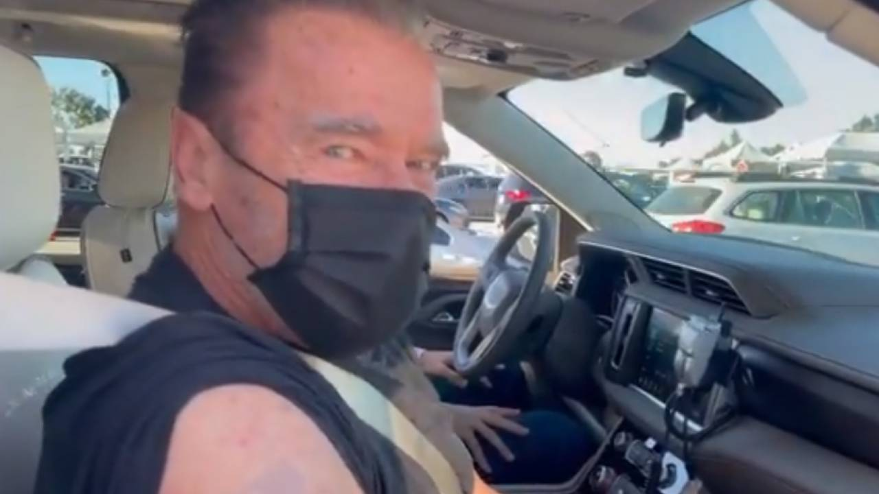Schwarzenegger se fait vacciner contre le COVID et convoque Terminator