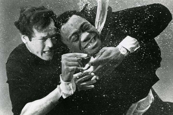Vivre et laisser mourir : Photo Roger Moore, Yaphet Kotto