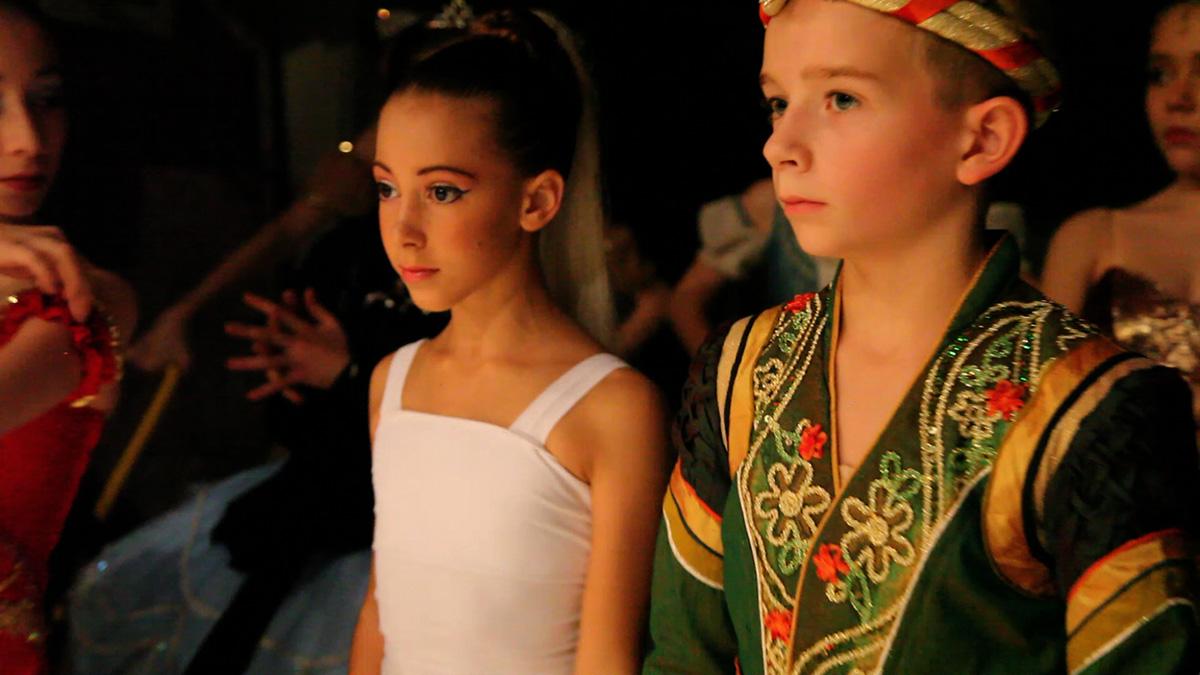 Le Concours de danse : Photo Aran Bell, Gaya Bommer Yemini