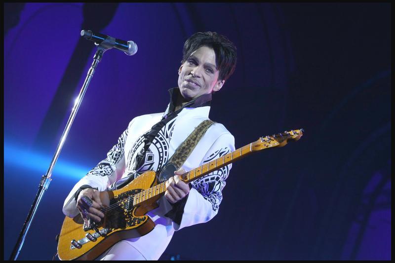 Prince sur scène, lors de son concert au Grand Palais à Paris en 2009
