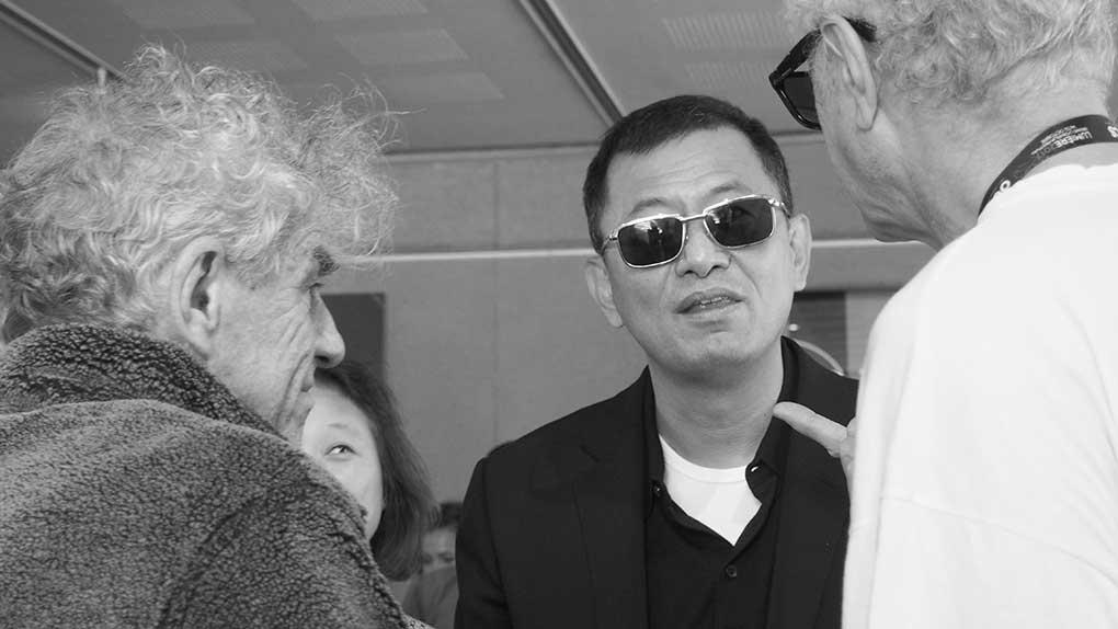 Wong Kar-wai discutant avec ses deux chefs opérateurs