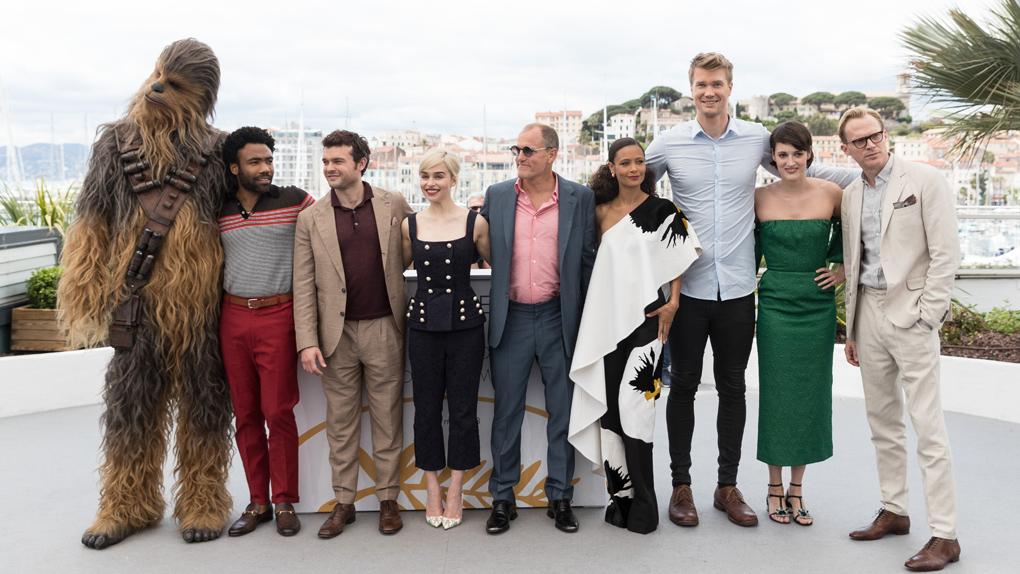 "Chewbacca, Donald Glover, Alden Ehrenreich, Emilia Clarke, Woody Harrelson, Thandie Newton, Joonas Suotamo, Phoebe Waller-Bridge et Paul Bettany au photocall de ""Solo"""