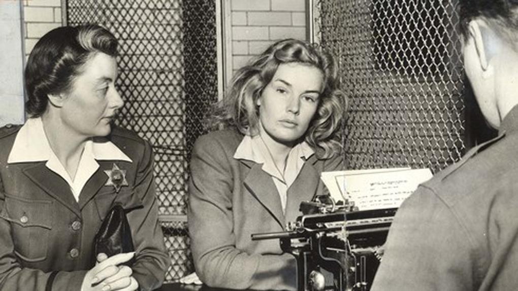 Frances Farmer au poste de Police durant son arrestation, en 1943