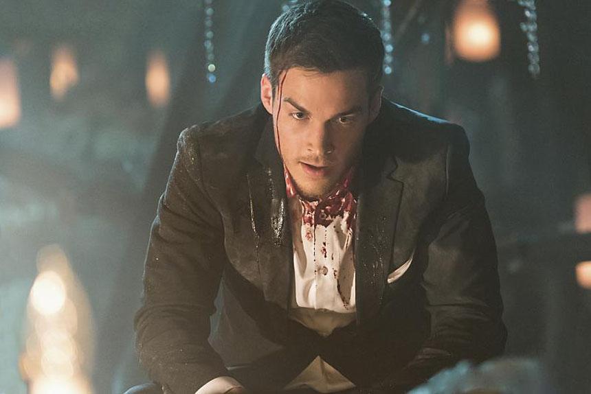 """Le sorcier Kai Parker dans une situation complexe, durant la saison 6 de """"Vampire Diaries""""."""