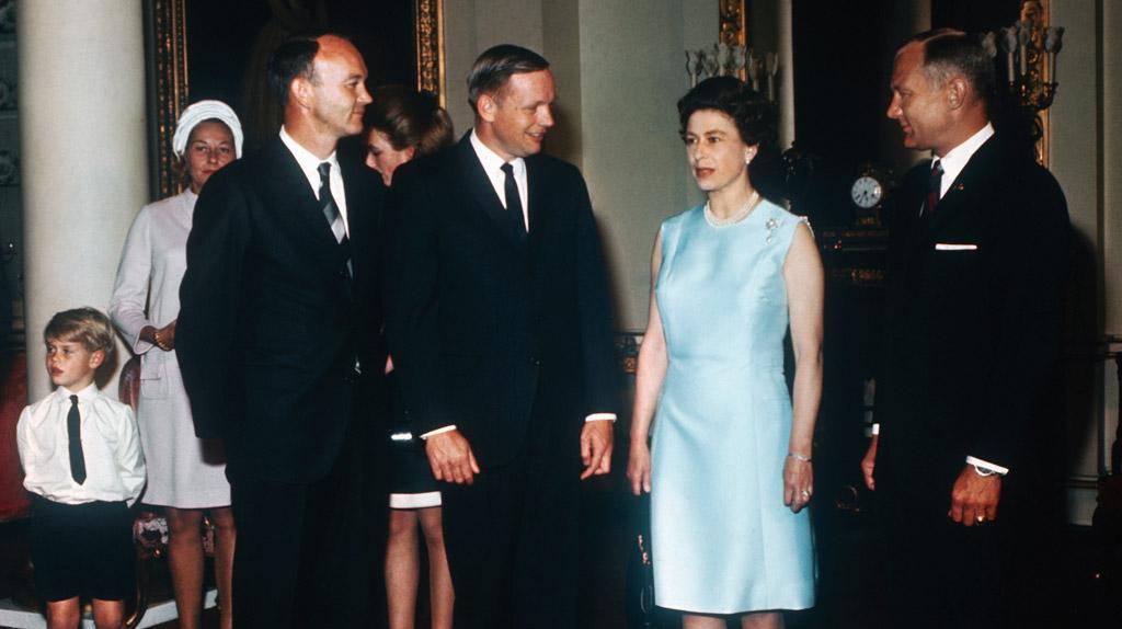 La reine Elisabeth reçoit l'équipage d'Apollo 11 à Buckingham.