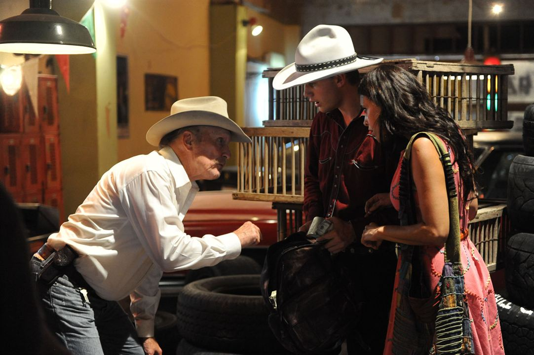 Photo Angie Cepeda, Jeremy Irvine, Robert Duvall