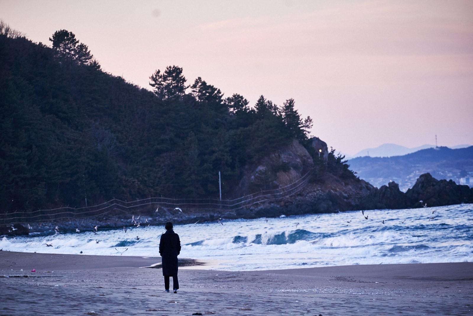 Seule sur la plage la nuit