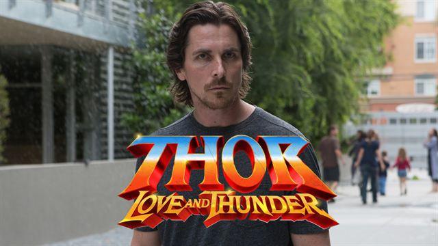 """Gros coup pour """"Thor - Love and Thunder"""" et le Marvel Cinematic Universe, qui s'offrent les services d'un ancien Batman : Christian Bale sera le grand méchant du prochain épisode de la saga, aux côtés de Chris Hemsworth, Tessa Thompson et Natalie Portman."""