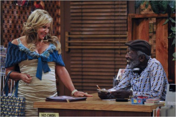 2 Broke Girls : photo Garrett Morris, Jennifer Coolidge