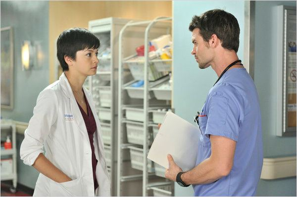 Saving Hope : photo Daniel Gillies, Julia Taylor-Ross