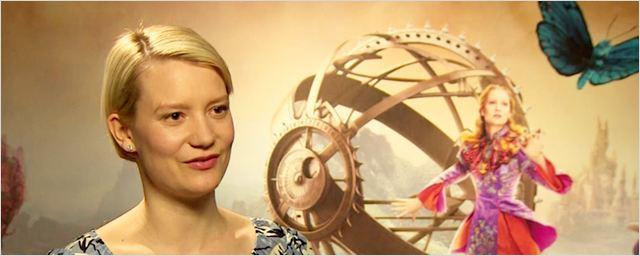 """Interview Alice de l'autre côté du miroir : """"Oui, c'est une icône féministe"""" selon Mia Wasikowska"""