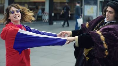 Ill Ray : entre deux saisons de Game of Thrones, Lena Headey boit des bières avec Richard III dans un clip de Kasabian