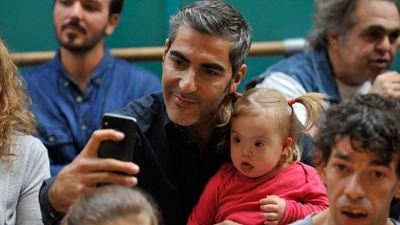 Bande-annonce Apprendre à t'aimer sur M6 : Ary Abittan et Julie de Bona bouleversés par la trisomie de leur fille