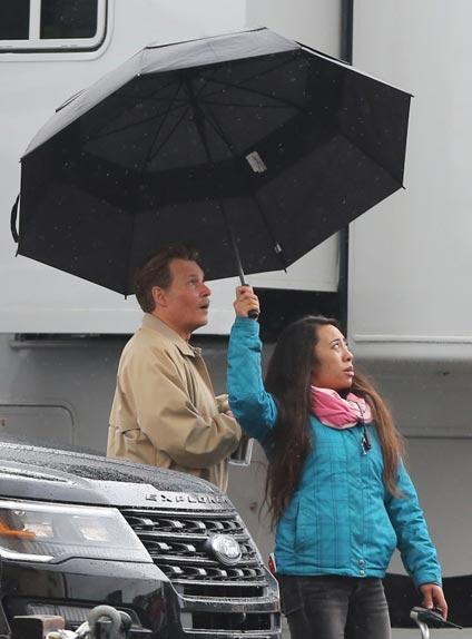 Johnny Depp s'abrite sous un parapluie sur le tournage LAbyrinth