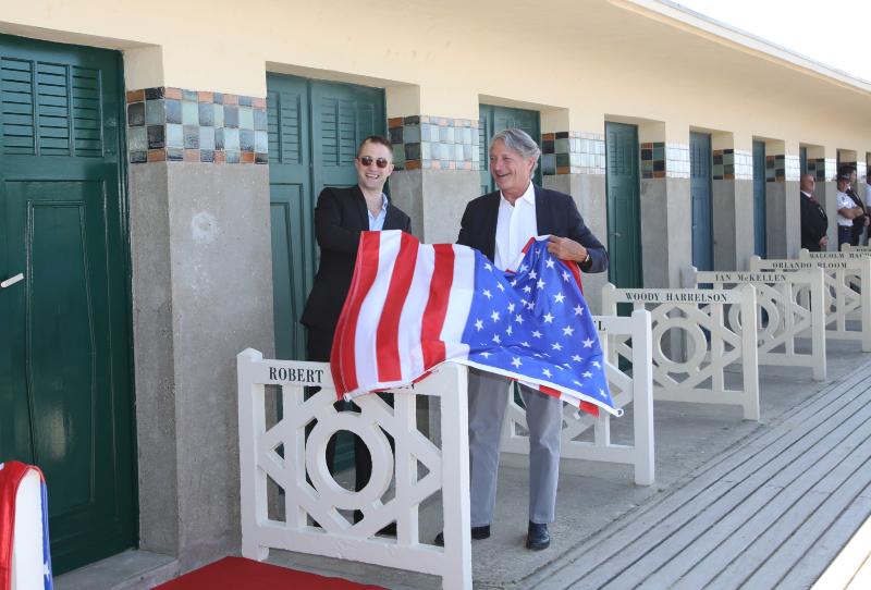 Pattinson très détendu avec le maire de Deauville