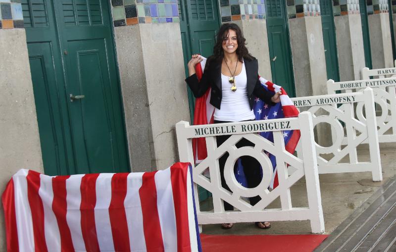 Michelle Rodriguez enroulée dans le Stars and Stripes