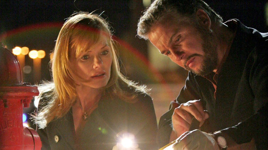 "Catherine Willows et Gil Grissom dans ""Les Experts"""
