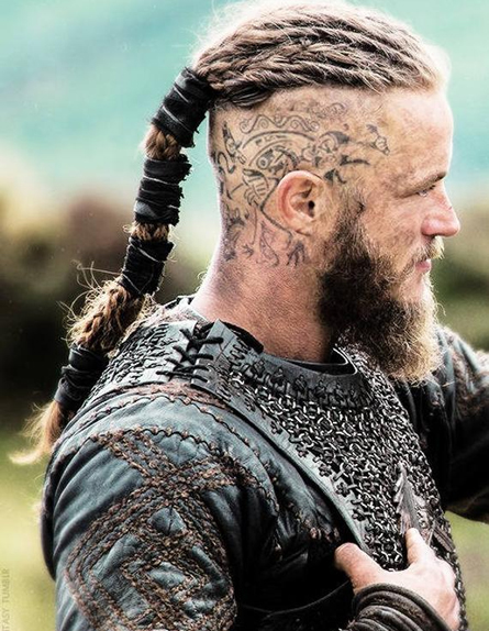 L'évolution des tatouages du crâne de Ragnar Lothbrok